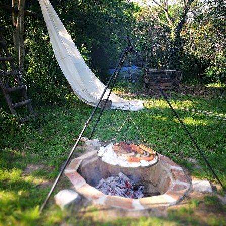 Einfach ein Stockbrot bei der Feuerstelle grillen.